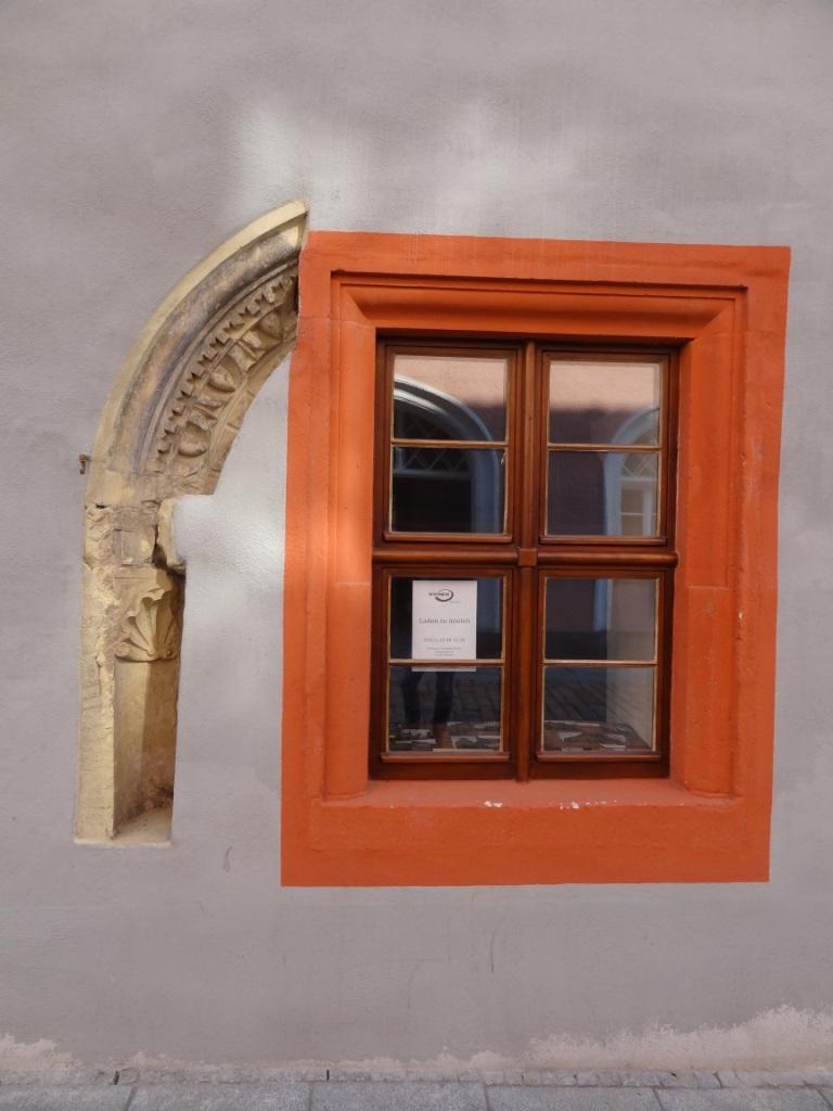 Fenster mit ehemaliger Türhälfte aus dem 17. Jahrhundert