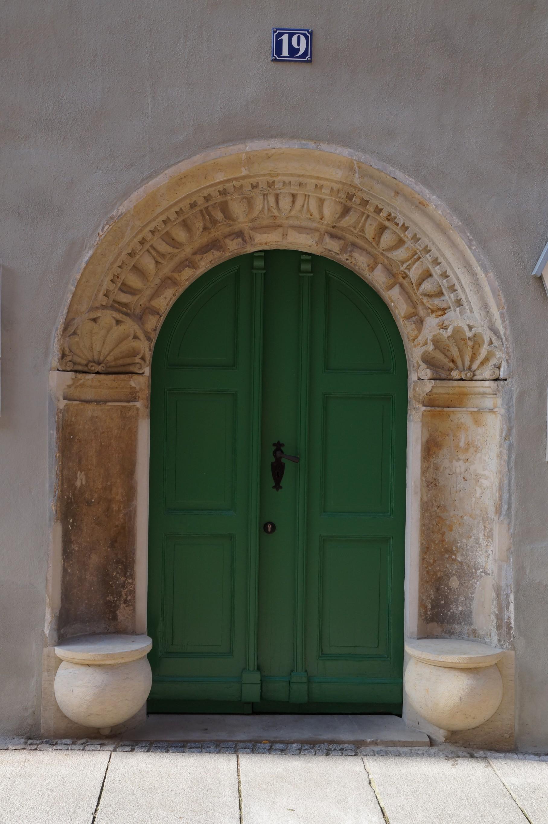 Eingangstür mit Renaissance-Fassade und Sitzportal