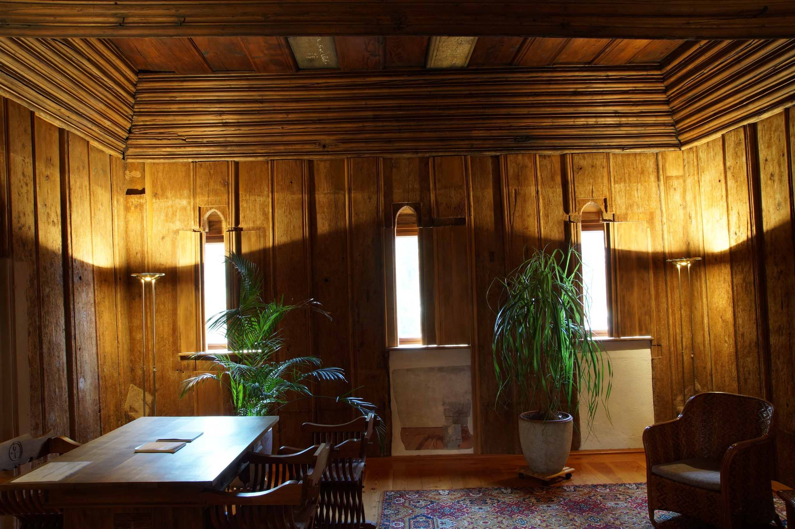 Bohlenstube mit rekonstruierten gotischen Fenstern